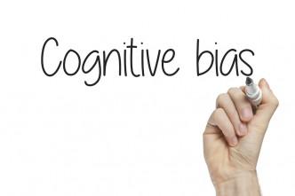 Tafel mit Schriftzug Cognitive Bias