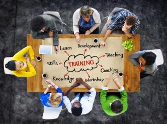 Tisch mit Personen und Arbeitsblatt mit Text Unconscious Bias Training