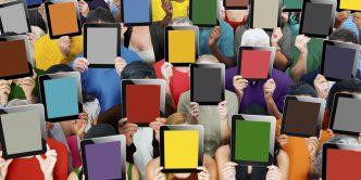 Menschen mit färbigen Bildern vorm Gesicht