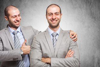 Mann umarmt Mann der wie er selbst aussieht
